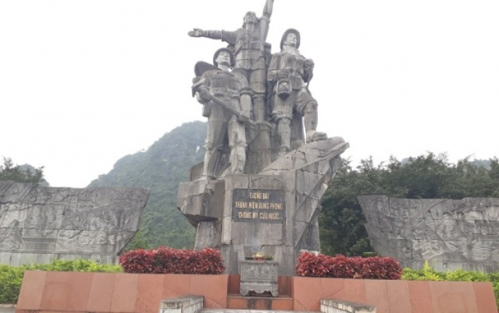 Tượng đài Thanh niên xung phong - điểm khởi đầu của Đường 20 Quyết thắng